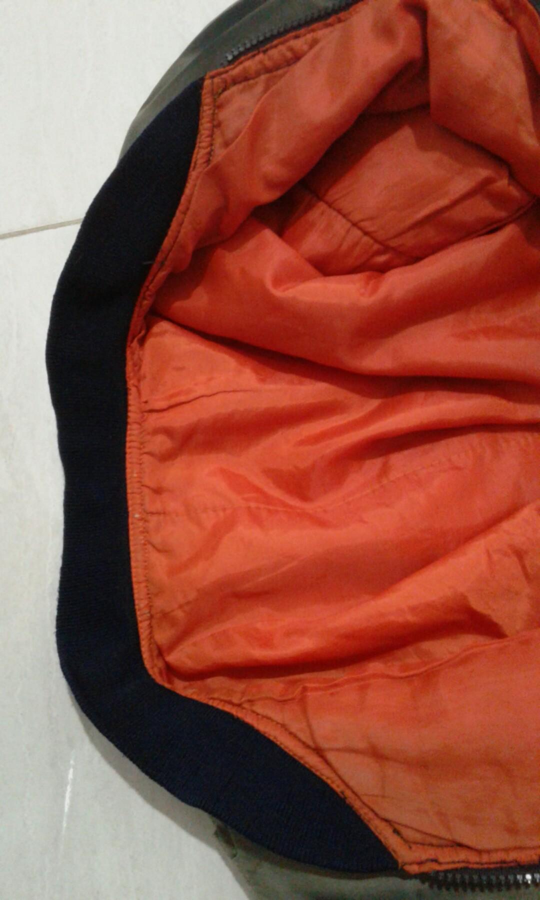 C) Jaket parasut waterproof pria abu orange.