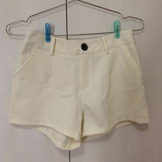 奶油白 短褲 西裝材質 後面鬆緊腰
