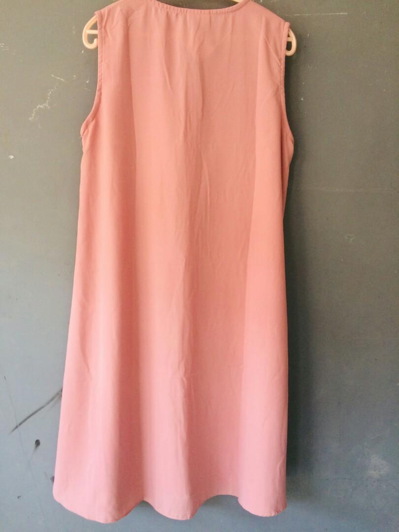 Mididress atau inner warna dusty pink