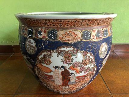 Pot biru antik motif orang
