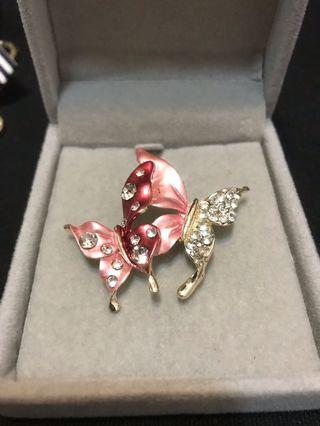 粉色鑲鑽蝴蝶胸針 購買滿180以上送