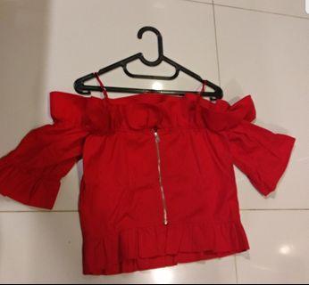 new (never been used) red off shoulder top (zipper di blk) beli 600 rb,