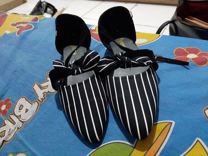 Flatshoes salur hitam putih