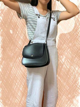 黑色方包、皮包、斜背包、中型容量