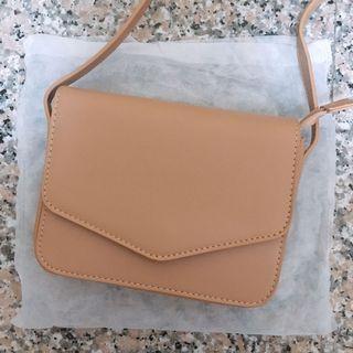 杏色側背小包