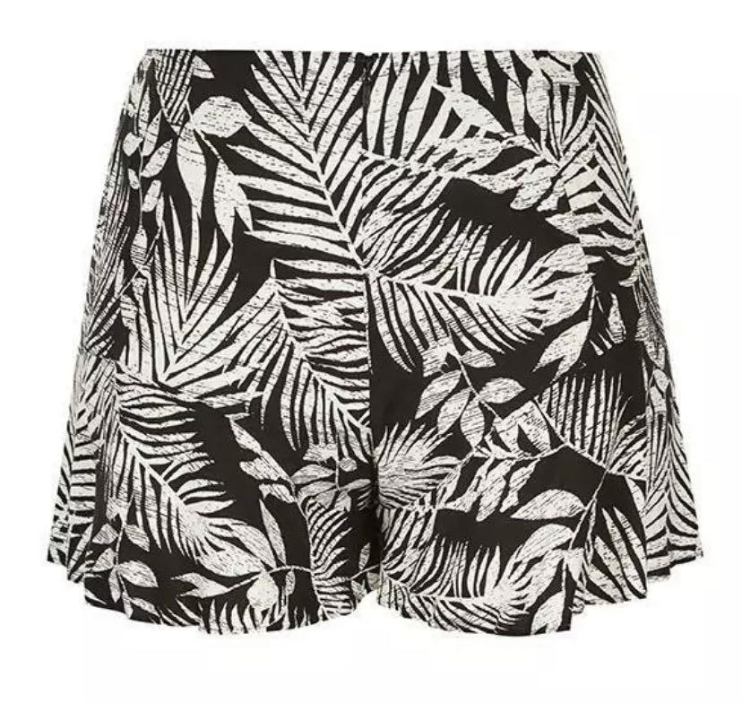 NWT City Chic Leaf Palm Play Shorts sz 20 Large Black White