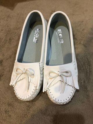 莫卡辛小白鞋