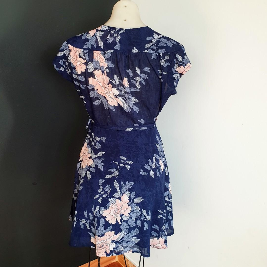 Women's size 8 'RUMOR BOUTIQUE' Stunning navy floral print tie up wrap dress - AS NEW