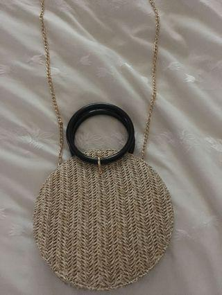Straw handbag with removable shoulder chain