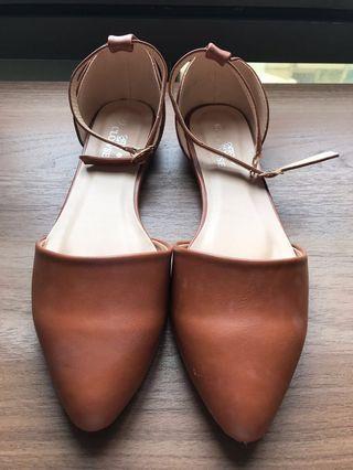 棕色皮革尖頭涼鞋