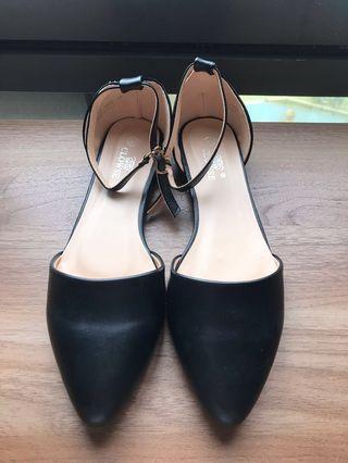 黑色皮革尖頭涼鞋