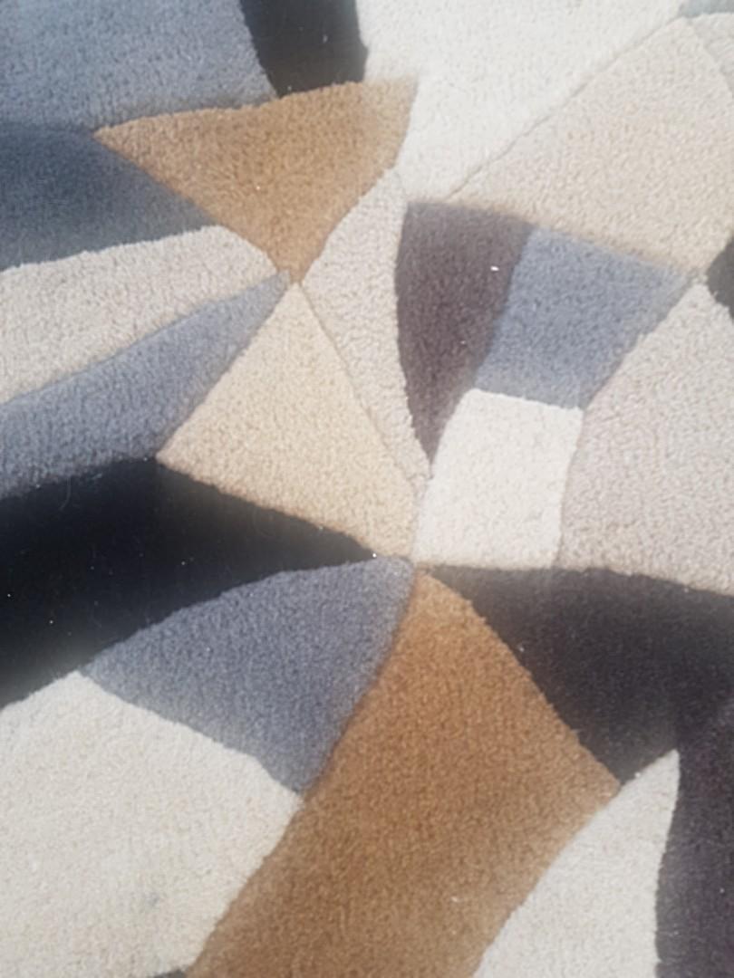 Circular rug hand tufted wool