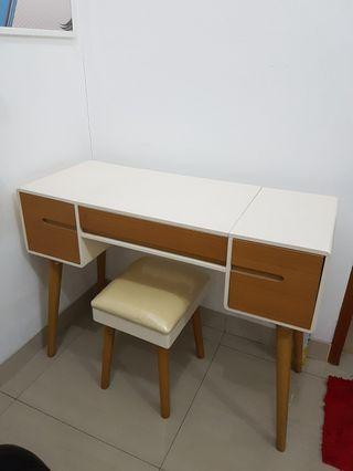 Set meja rias dan kursinya (vanity)