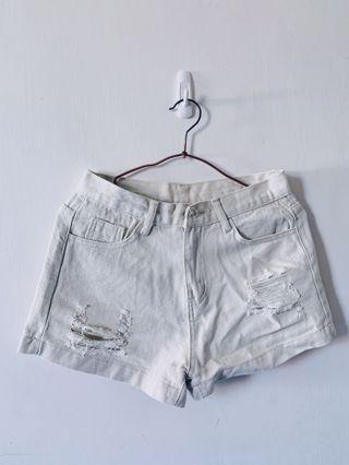 米白色短褲