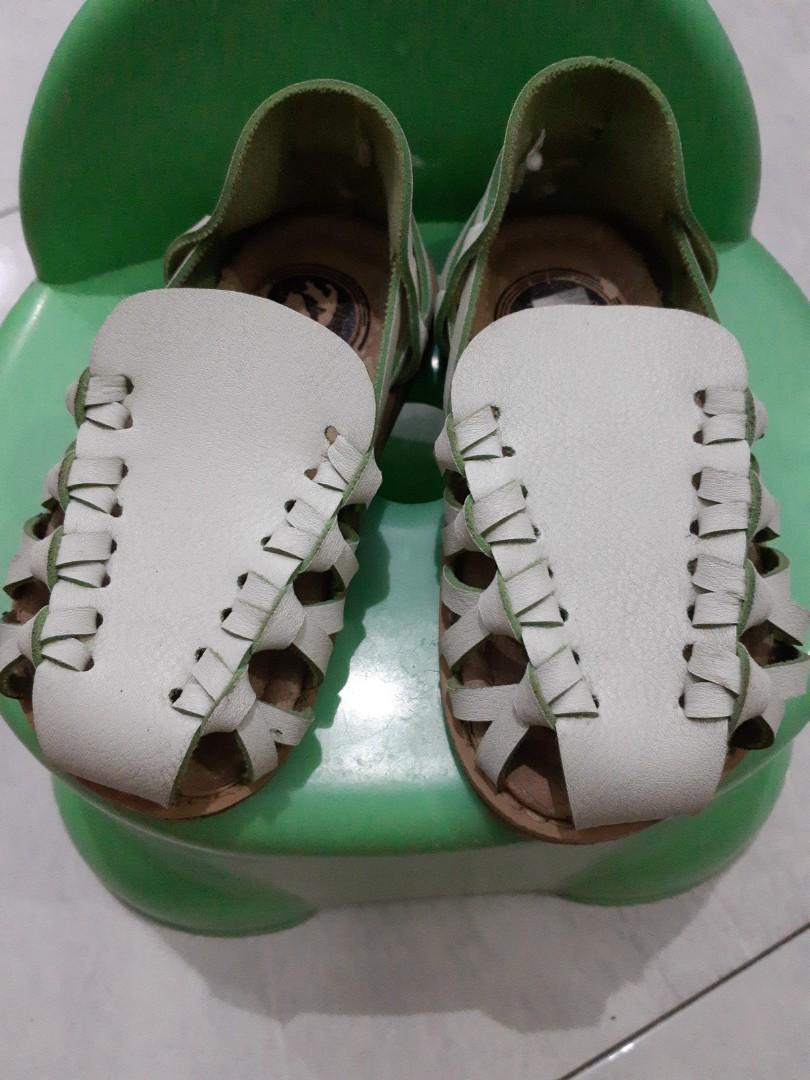 Sepatu sandal anak perempuan