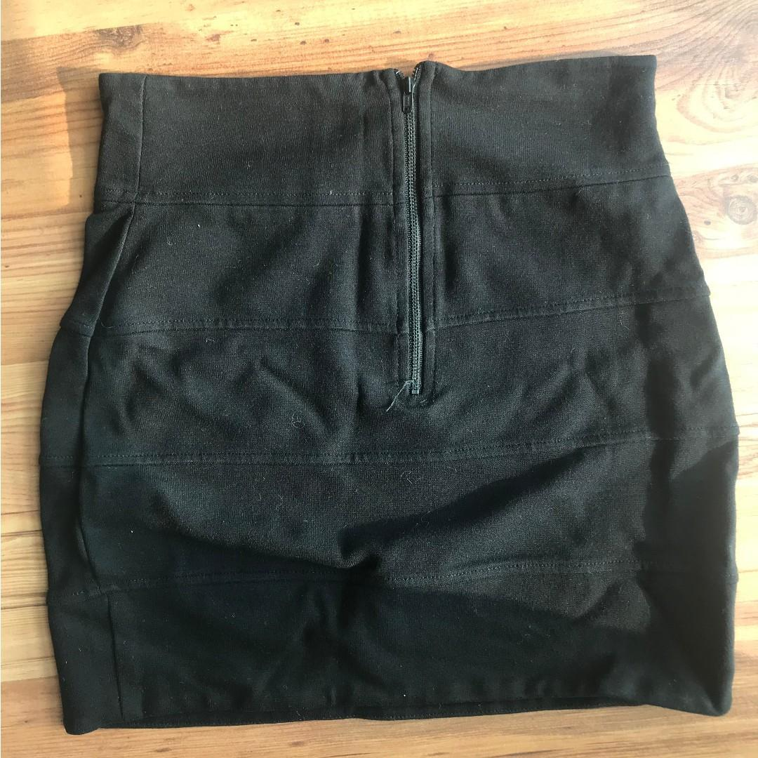 Aritzia Talula Black Stretch Tight Ribbed Skirt - size small, size 6