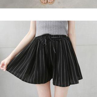 全新~免運~鬆縮帶褲裙~黑色直條紋~