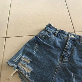 深藍色的辣妹牛仔破褲
