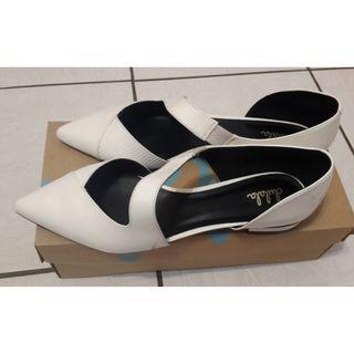(降價)達芙妮全新白色平底鞋