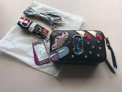 [全新]小方包 兩用背帶 外型像知名mj品牌相機包