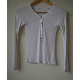 白色薄針織合身扣子上衣