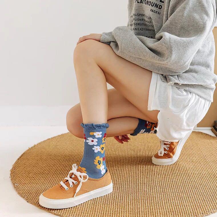 日系可愛手繪風 滿版小花捲捲襪🌻  中筒滑板襪 泫雅小花