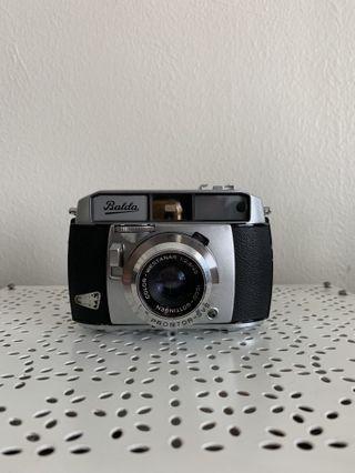 A range-finder camera,working;,the shutter (B, 1s to 1/300),focusing,clean finder & diapramn works with isco gottingen color westanar 45/f 2.8.