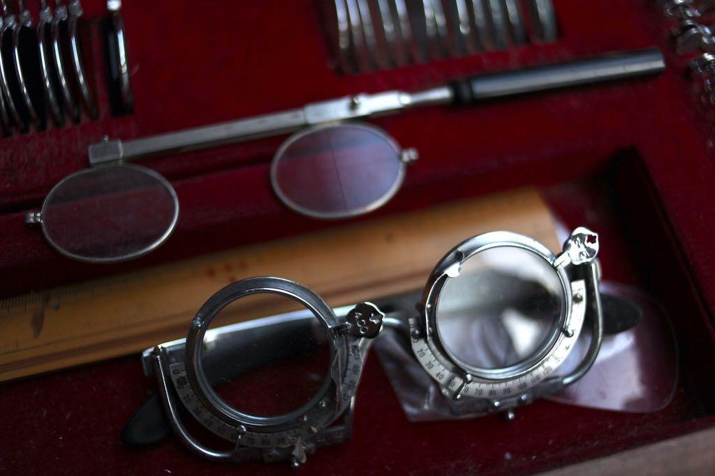 老眼鏡行 配鏡台