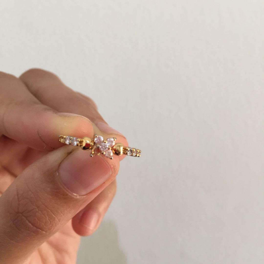 Kalung dan cincin emas imitasi
