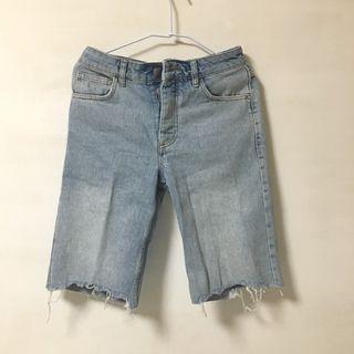 Reclaimed Vintage inspired denim shorts with raw hem 丹寧毛邊短褲