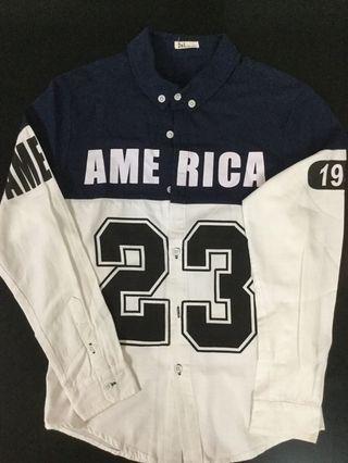 瘦哥帥女-白色深藍色運動風、字母膠印23號拼接男裝襯衫
