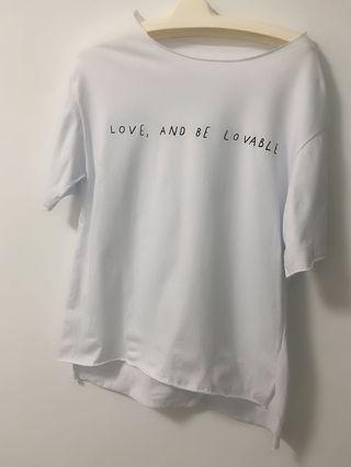 (免運中)白色前短後長字母T恤