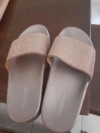 Sandal bata baru dipake 1kali