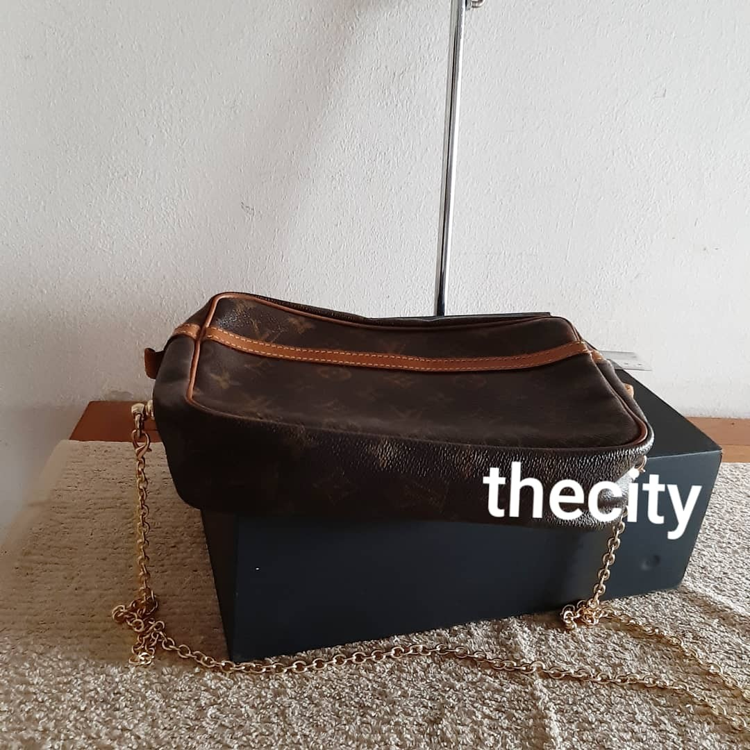 AUTHENTIC LOUIS VUITTON LARGE CLUTCH / VANITY BAG - IN MONOGRAM LOGO CANVAS - WITH ADD ON HOOKS & LONG STRAP FOR CROSSBODY SLING - GOLD HARDWARE - 1 MAIN COMPARTMENT & 1 INNER POCKET DESIGN - DATECODE INTACT- CLEAN INTERIOR,  OVERALL IN GOOD CONDITION