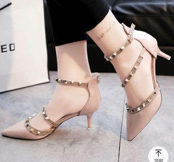 (全新)粉裸色漆皮鉚釘高跟鞋
