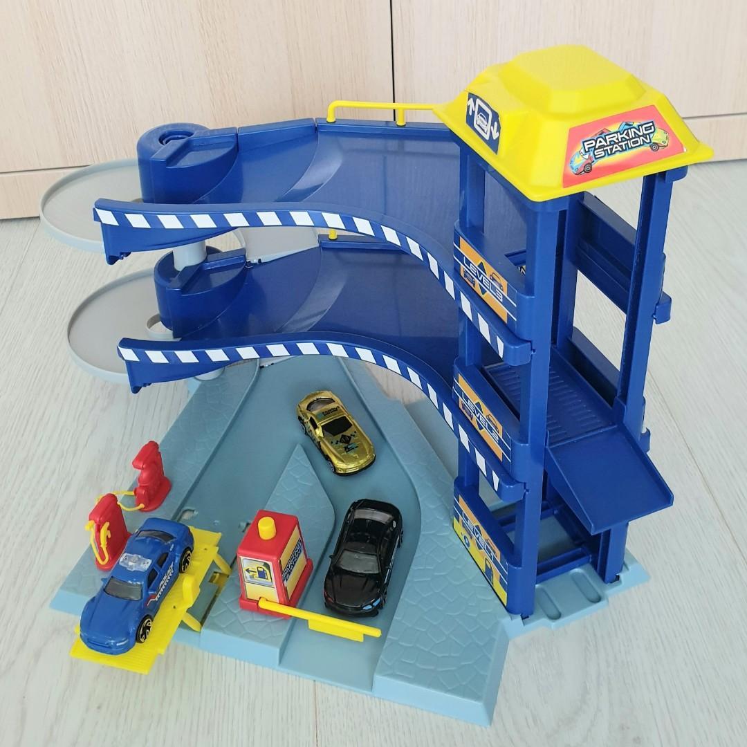 FastLane Elevator Parking Station Playset with 3 Cars (2 Police Car : Blue & Black + 1 Gold Car)
