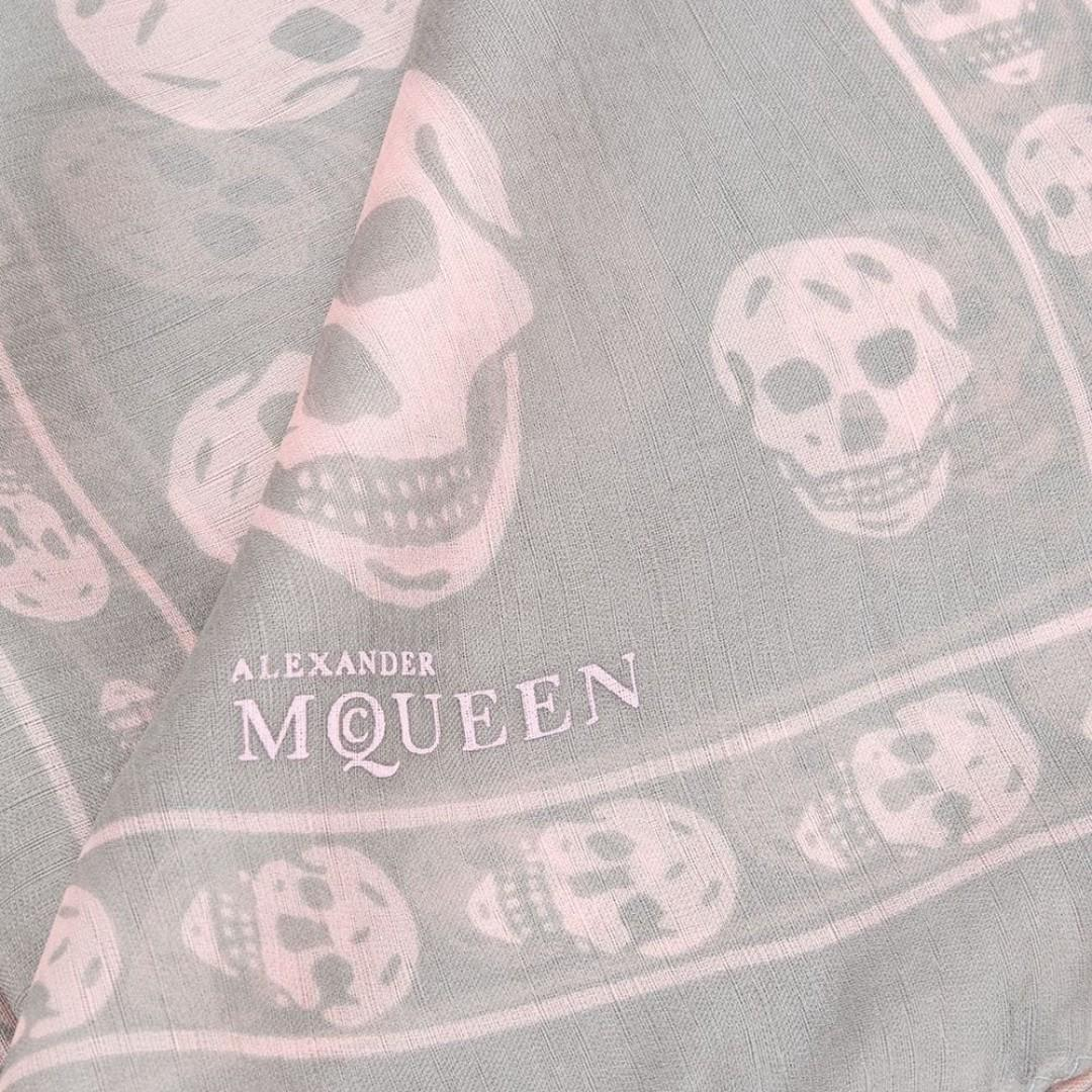100% Authentic Alexander McQueen Scarf Grey And Pink Skull Print Silk
