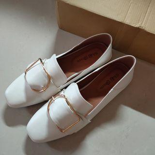 皮革金屬框平底休閒鞋
