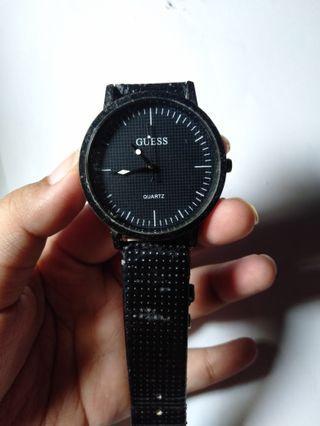 Jam tangan hitam