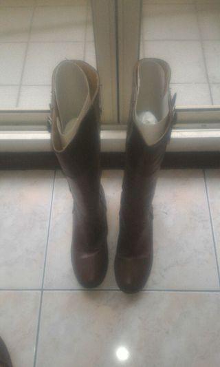 女長棕色長靴