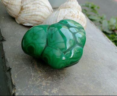 天然超亮面天眼珠孔雀石原礦擺件/把玩件,100%純天然色無人為加過,孔雀石能安撫情緒,釋放負面的能量,可幫助男女愛情順利