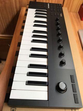 Native Instruments M32 midi keyboard