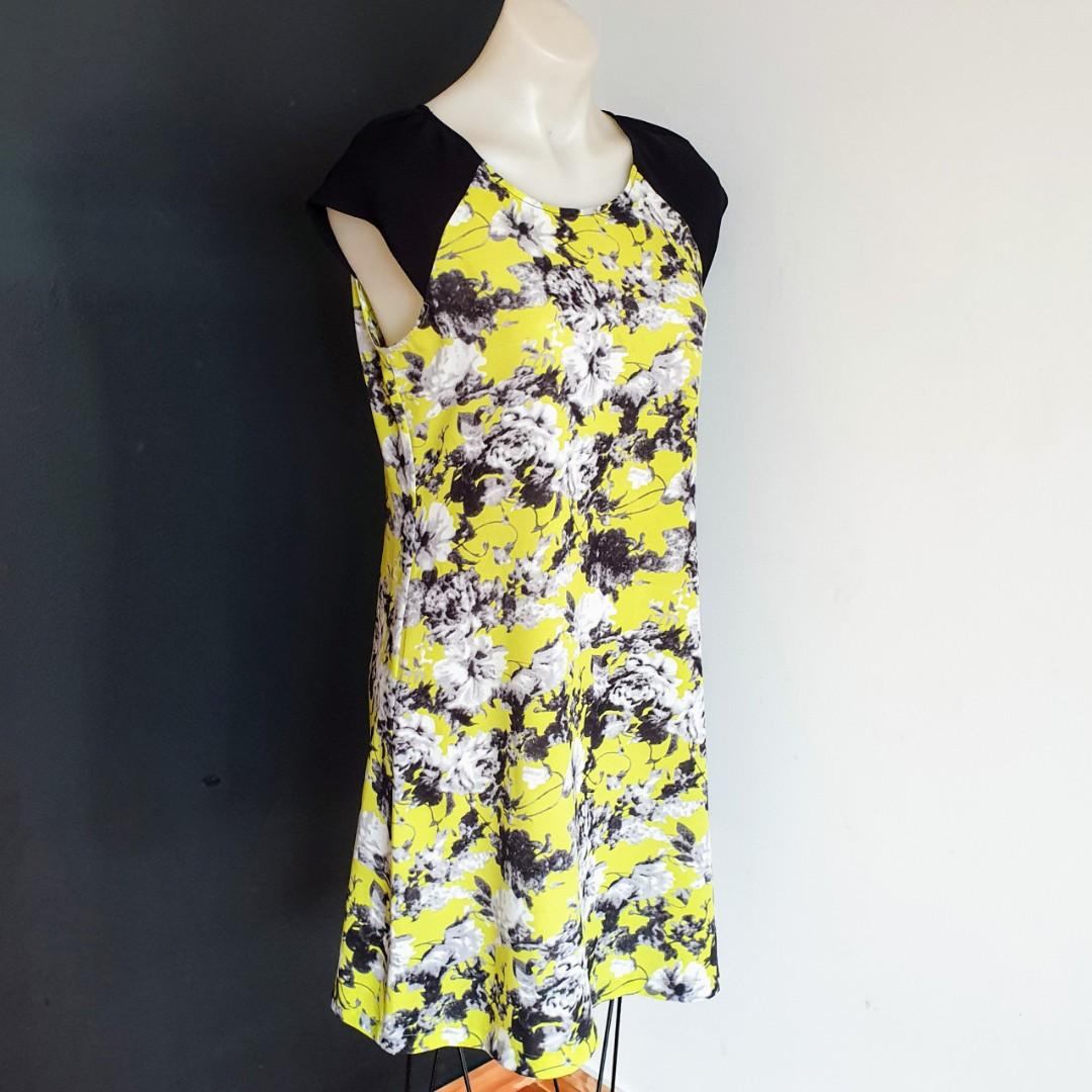 Women's size S 'DECJUBA' Stunning black and yellow floral print shift dress - AS NEW