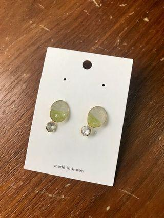 韓國製。銀針。綠白貝殼風耳環