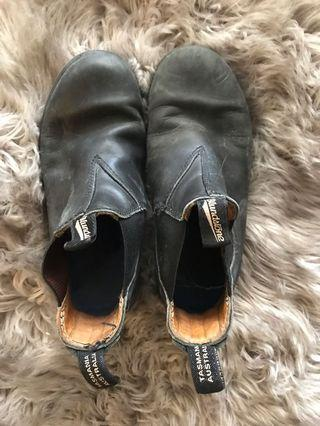 BLUNDSTONES SIZE 3 YOUTH