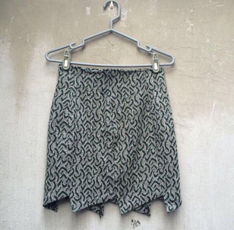 淺刷色短裙