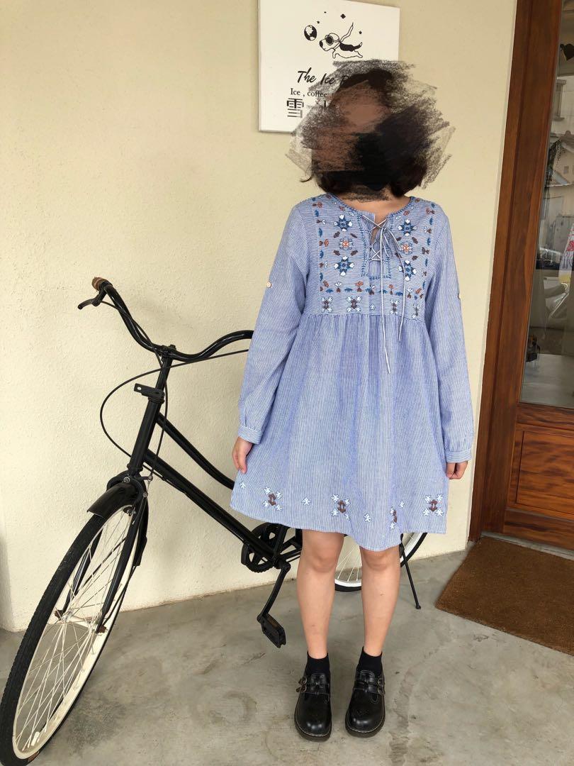 胸前交錯綁帶 刺繡日系短版洋裝