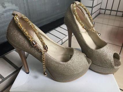 九成新 金色亮片ㄧ字魚口高跟鞋