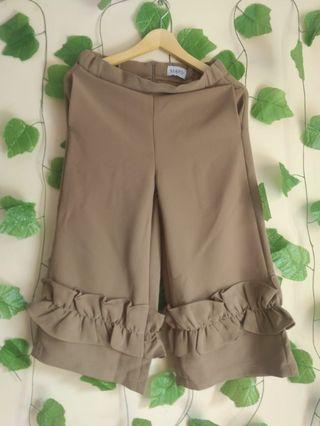 176 MARV Dark brown ruffle bottom 7/8 pants