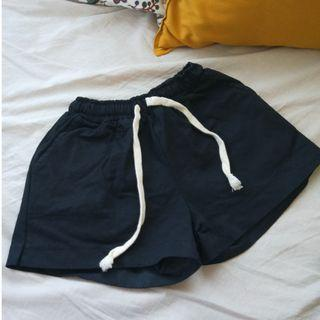 (僅試穿)二手韓版硬挺黑色鬆緊短褲